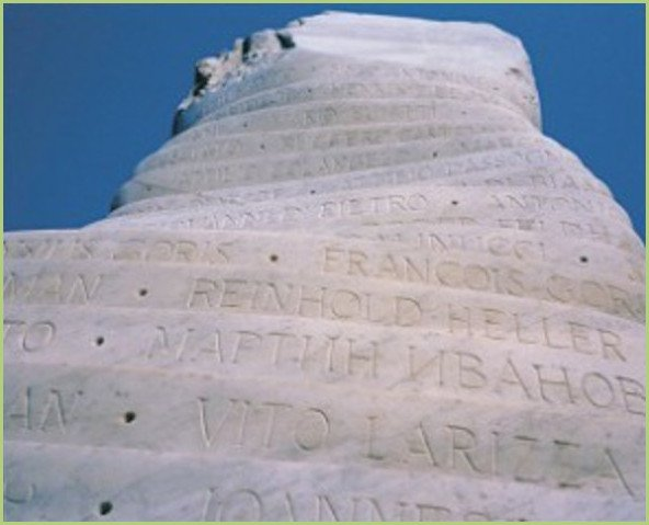 Bloc de marbre de carrare à l'entrée du bois du cazier en Belgique