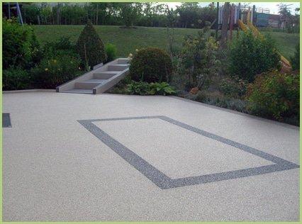 Un jardin d'enfant en agrégats de marbre