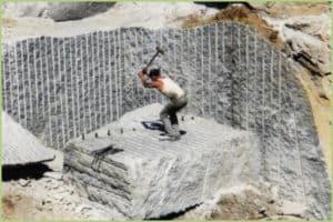 Extraction des blocs de marbre à la main
