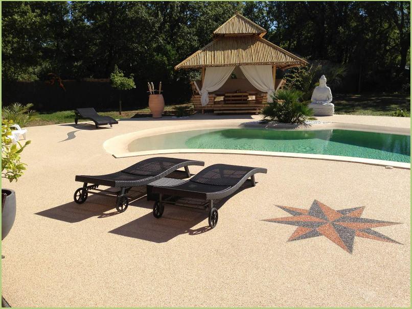 Des motifs en granulat de marbre - Insérés dans une plages de piscine