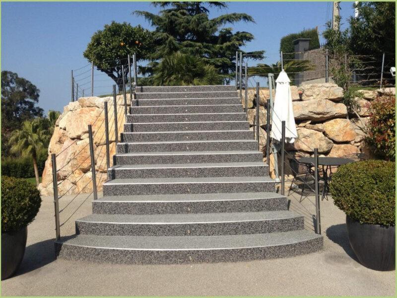 Escalier extérieur en granulat de marbre